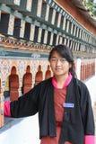 Punakha, Bhutan - September 11, 2016: Literair kapiteinsmeisje uit Bhutan in traditionele kleding in het klooster van Chimi Lhakh royalty-vrije stock afbeeldingen