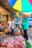 Punakha Bhutan - September 10, 2016: Turister som shoppar på den lokala bhutanesiska marknadsplatsen i Punakha, Bhutan Arkivbild