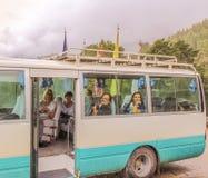 Punakha Bhutan - September 11, 2016: Turister som väntar i Thimphu till den Punakha bussen på en regnig dag Arkivfoto