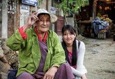 Punakha, Bhutan - September 10, 2016: Twee lokale vrouwen die Uit Bhutan in straatbazaar zitten in Punakha, Bhutan royalty-vrije stock foto