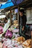 Punakha, Butão - 10 de setembro de 2016: Mulher butanesa local do vendedor no bazar da rua em Punakha, Butão Fotos de Stock