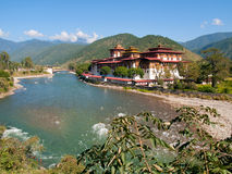 Punakha Dzong ed il fiume di Mo Chhu nel Bhutan Immagini Stock Libere da Diritti