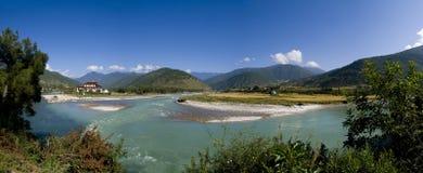 Punakha Dzong en de Mo Chhu rivier in Bhutan Stock Afbeeldingen