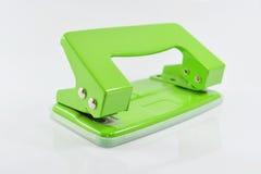 Puncher de agujero verde aislado en el fondo blanco Foto de archivo
