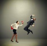 Punching γυναικών επιχειρηματίας Στοκ Φωτογραφίες