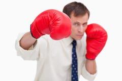 Punching επιχειρηματίας με τα εγκιβωτίζοντας γάντια Στοκ εικόνα με δικαίωμα ελεύθερης χρήσης