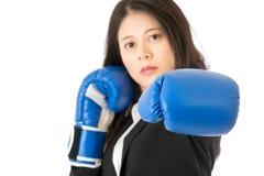 Punching επιχειρησιακών γυναικών προς τη κάμερα Στοκ Εικόνες
