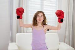 Punching κοριτσιών με τα εγκιβωτίζοντας γάντια Στοκ Φωτογραφία
