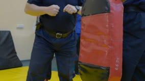 Punching χτυπημάτων φρουράς τσάντα απόθεμα βίντεο