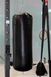 Punching ball ed anelli neri di forma fisica di Crossfit: Attrezzatura di allenamento Fotografie Stock