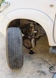 Punctura do pneu de carro, a mudança do pneu fotos de stock
