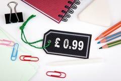 99 pund encentmynt Prislapp med rad på en vit bakgrund Fotografering för Bildbyråer