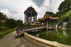 Pund och trädgård av den Kek Lok Si Buddhist templet fotografering för bildbyråer
