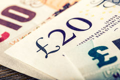 Pundvaluta, pengar, sedel Engelsk valuta UK-sedlar av olika värden som staplas på de Arkivbild