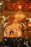 PUNE, ÍNDIA, em setembro de 2017, povos na réplica do ídolo de Shrimant Dagadu Seth Ganapati do templo de Brahmanaspati durante o fotografia de stock