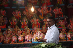 Pune, Ινδία - 16 Σεπτεμβρίου 2015: Ένα πωλώντας Λόρδος Ganesh είδωλο ατόμων στοκ εικόνες
