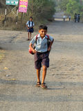 Pune, India - December 05, 2013: Een dorpsjongen loopt naar huis na s Stock Foto's