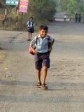 Pune India, Grudzień, - 05, 2013: Wioski chłopiec bieg stwarzają ognisko domowe po s Zdjęcia Stock
