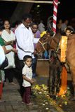 Pune, India - 7 novembre 2015: Gli indù realizzano un rituale a worsh Fotografia Stock