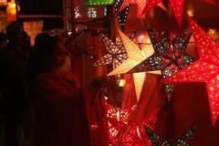 Pune, Indien - November 2018: Indisches Leuteeinkaufen für traditio stockbilder