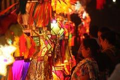 Pune, Indien - November 2018: Indisches Leuteeinkaufen für traditio stockfoto