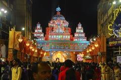 PUNE INDIEN, September 2017, folk på Shrimant Dagadu Seth Ganapati dekorerade pandal under den Ganapati festivalen fotografering för bildbyråer