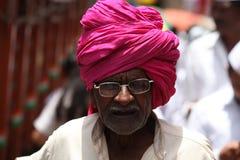 Pune, la India - 11 de julio de 2015: Un viejo peregrino indio con un tradit Fotografía de archivo libre de regalías