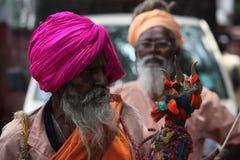 Pune, la India - 11 de julio de 2015: Un viejo peregrino indio, devoto de Fotos de archivo
