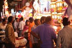 Pune, la India - 7 de noviembre de 2015: Gente en las compras de la India para el cielo Foto de archivo