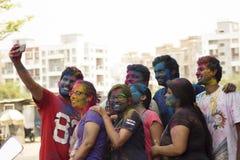 PUNE, MAHARASHTRA, ÍNDIA, o 24 de março de 2016 Amigos com pó colorido em suas caras que comemoram o festival de Holi em Pune Foto de Stock Royalty Free