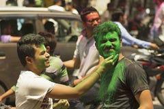 PUNE, MAHARASHTRA, ÍNDIA, o 24 de março de 2016 Amigos com pó colorido em suas caras que comemoram o festival de Holi em Pune Imagem de Stock Royalty Free
