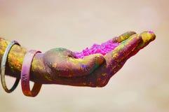 PUNE, MAHARASHTRA, ÍNDIA, o 24 de março de 2016 Mãos com o pó colorido a ser usado para o festival do holi Foto de Stock Royalty Free