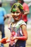 PUNE, MAHARASHTRA, ÍNDIA, o 24 de março de 2016 Uma moça com pó colorido em sua cara que comemora o festival do holi em Pune Foto de Stock