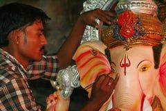 PUNE, MAHARASHTRA, τον Αύγουστο του 2013, είδωλο Ganesha χρωμάτων καλλιτεχνών για το φεστιβάλ Ganesh στοκ εικόνα