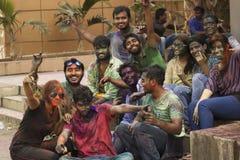PUNE, MAHARASHTRA, INDE, le 24 mars 2016 Amis avec la poudre colorée sur leurs visages célébrant le festival de Holi dans Pune Photo libre de droits
