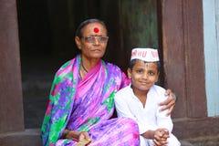 PUNE, MAHARASHTRA, INDIA, Juni 2017, Vrouw en kind tijdens Pandharpur-festival Stock Afbeelding