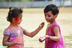 PUNE, maharashtra, INDIA, 24 Marzec 2016 Dwa młodej dziewczyny z barwionym proszkiem na ich twarzach świętują holi festiwal w Pun Zdjęcie Royalty Free