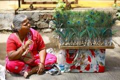 PUNE, MAHARASHTRA, INDIEN im Juni 2017 Frau mit Pfau versieht während Pandharpur-Festivals mit Federn stockfoto