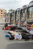 PUNE, MAHARASHTRA, INDIEN im Juni 2017 Leute machen Pause nahe lokalen trasport Bussen während Pandharpur-Festivals lizenzfreie stockbilder