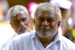 PUNE, MAHARASHTRA, INDIEN im Juni 2017 traditionsgemäß gekleideter Mann betrachtet Kamera während Pandharpur-Festivals stockbilder