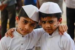 PUNE, MAHARASHTRA, la INDIA, junio de 2017, dos muchachos jovenes con los casquillos blancos y kurtas durante el festival de Pand imagen de archivo