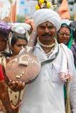 PUNE, MAHARASHTRA, la INDIA, junio de 2017, hombre se viste para arriba en la camisa blanca y el turbante, lleva el instrumento m Imagenes de archivo