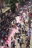 PUNE MAHARASHTRA, September 2018, folk på den Laxmi vägen som dekoreras med rangolien för den Ganpati processionen under den Ganp royaltyfri fotografi