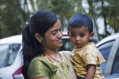 PUNE MAHARASHTRAEN, INDIEN, Februari 2017, moder ler på hennes barn Royaltyfria Bilder