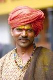 PUNE MAHARASHTRAEN, INDIEN, Juni 2017, den traditionellt klädde mannen ser kameran under den Pandharpur festivalen Royaltyfri Foto