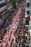 PUNE MAHARASHTRAEN, September 2018, folk observerar kapacitet för Dhol tashapathak under den Ganpati festivalen, flyg- sikt royaltyfri foto