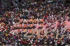 PUNE MAHARASHTRAEN, September 2018, folk observerar kapacitet f?r Dhol tashapathak under den Ganpati festivalen, flyg- sikt royaltyfri fotografi