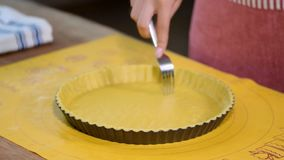 Punga la base della cassa della pasticceria dappertutto con una forcella Fabbricazione della serie della crostata della torta di  video d archivio