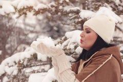 Punhado de sopro da mulher da neve Fotos de Stock Royalty Free
