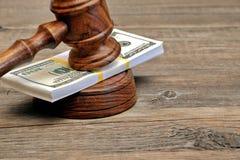Punhado do dinheiro e do martelo dos juizes imagem de stock
